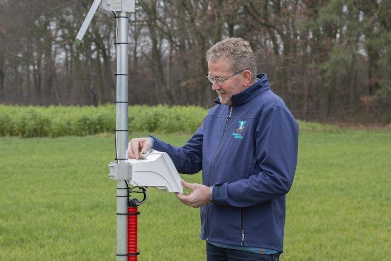 """Zwier van der Vegte neemt een kijkje bij een van de bodemsensoren op het bedrijf. """"Deze stuurt al wel data, maar die gebruiken we nog niet."""""""